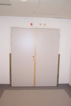 Pardörr med dörrautomatik